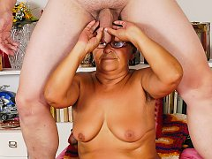 Hairy fat pussy be masturbated on the bed